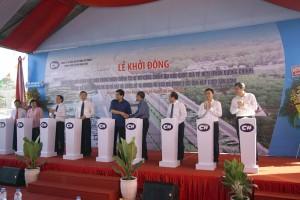Các đồng chí lãnh đạo bắt tay nhau chúc dự án thực hiện thành công