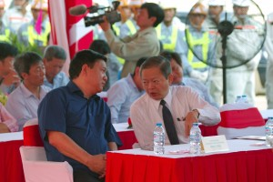 Mr. Dinh La Thang, Party Secretary of HCMC People's Committee and Mr. Le Van Khoa, Deputy Chairman of HMCC People's Committee, discussed during the construction inauguration ceremony of Ha Noi Highway expansion project.