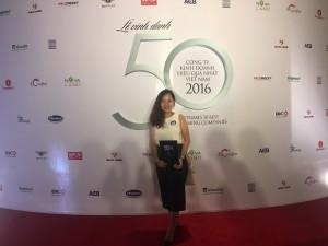Đại diện CII với giấy chứng nhận top 50 Doanh nghiệp kinh doanh hiệu quả nhất Việt Nam 2017 của báo Nhịp Cầu Đầu tư