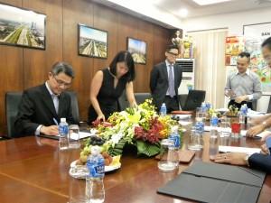 Hongkong Land đang ký hơp đồng