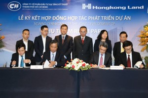 Mr. Le Quoc Binh, CEO of CII, and Mr Tan Wee Hsien, Hongkong Land sign contract in the event